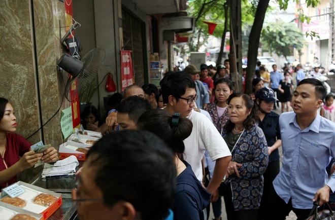 Hà Nội: Phố Thụy Khuê tắc nghẽn vì dòng người ùn ùn đổ về mua bánh Trung thu gia truyền - Ảnh 7.