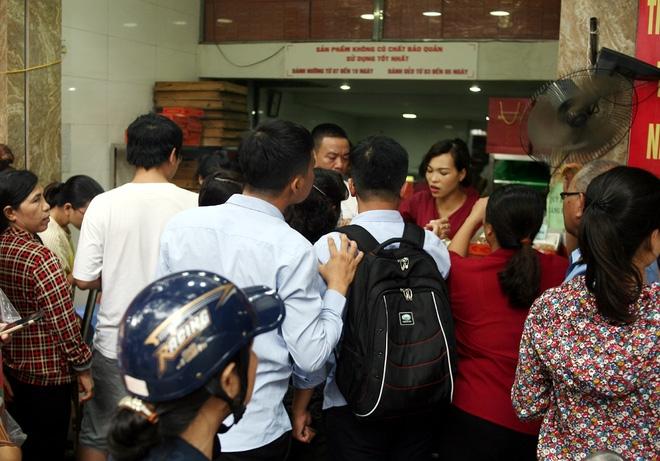 Hà Nội: Phố Thụy Khuê tắc nghẽn vì dòng người ùn ùn đổ về mua bánh Trung thu gia truyền - Ảnh 8.