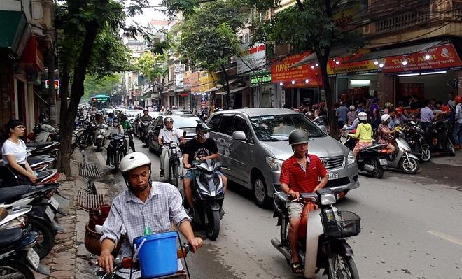 Hà Nội: Phố Thụy Khuê tắc nghẽn vì dòng người ùn ùn đổ về mua bánh Trung thu gia truyền - Ảnh 9.