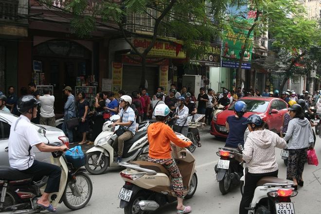 Hà Nội: Phố Thụy Khuê tắc nghẽn vì dòng người ùn ùn đổ về mua bánh Trung thu gia truyền - Ảnh 10.