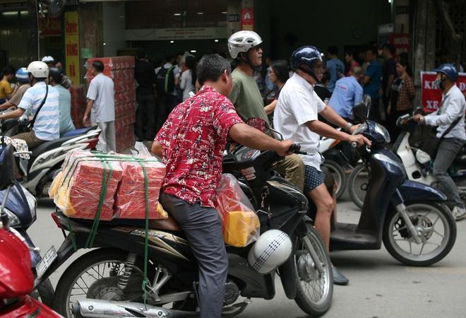Hà Nội: Phố Thụy Khuê tắc nghẽn vì dòng người ùn ùn đổ về mua bánh Trung thu gia truyền - Ảnh 11.