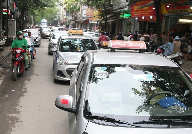Hà Nội: Phố Thụy Khuê tắc nghẽn vì dòng người ùn ùn đổ về mua bánh Trung thu gia truyền - Ảnh 12.