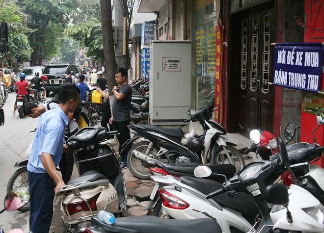 Hà Nội: Phố Thụy Khuê tắc nghẽn vì dòng người ùn ùn đổ về mua bánh Trung thu gia truyền - Ảnh 14.