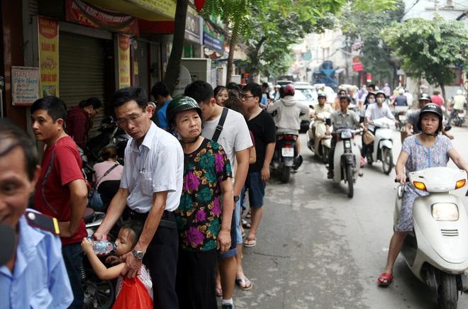 Hà Nội: Phố Thụy Khuê tắc nghẽn vì dòng người ùn ùn đổ về mua bánh Trung thu gia truyền - Ảnh 15.