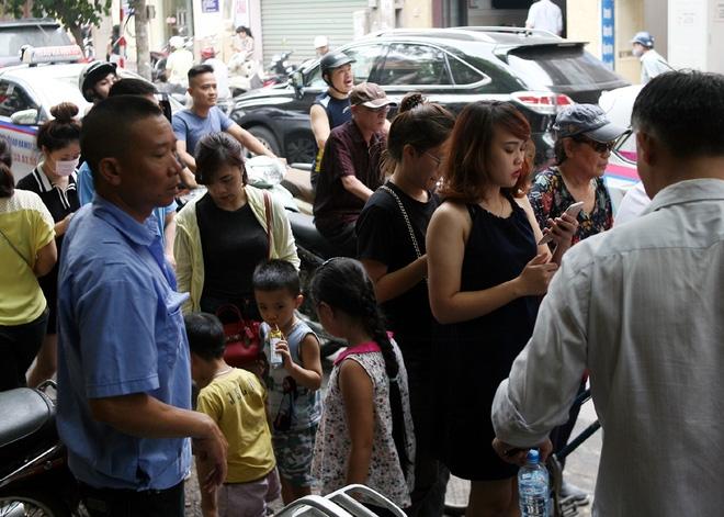 Hà Nội: Phố Thụy Khuê tắc nghẽn vì dòng người ùn ùn đổ về mua bánh Trung thu gia truyền - Ảnh 16.