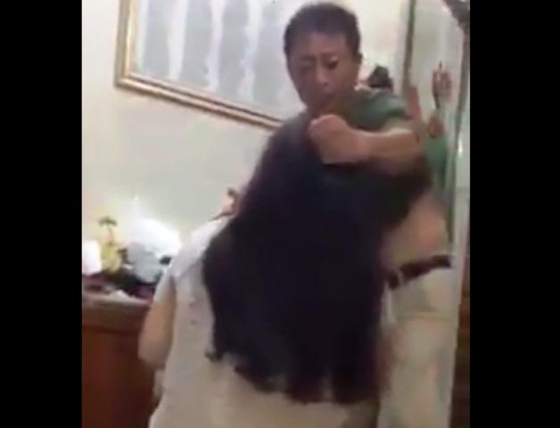 Hình ảnh người đàn ông bạo hành con gái được đăng tải trên mạng xã hội gây xôn xao dư luận. Ảnh cắt từ clip