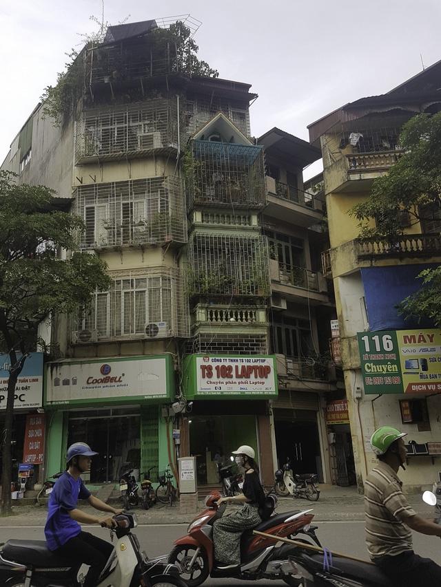 Căn nhà 4 tầng (ngoài cùng bên trái) nơi anh Hạnh đang sống cùng 2 con gái.