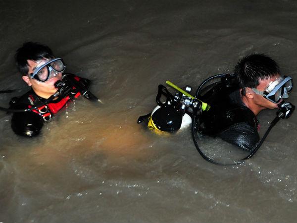 Cảnh sát trầm mình dưới suối lạnh tìm người bị nước cuốn trong đêm
