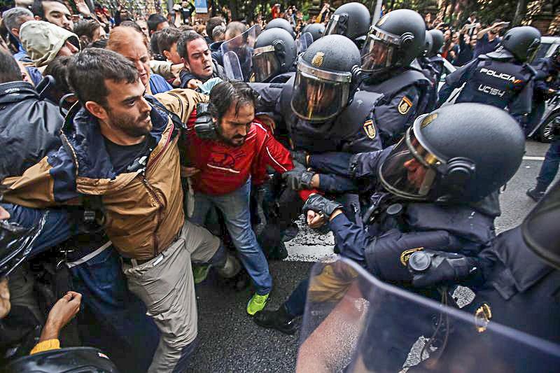 Canh sat Tay Ban Nha dap kinh lao vao diem bo phieu ly khai o Catalan hinh anh 2