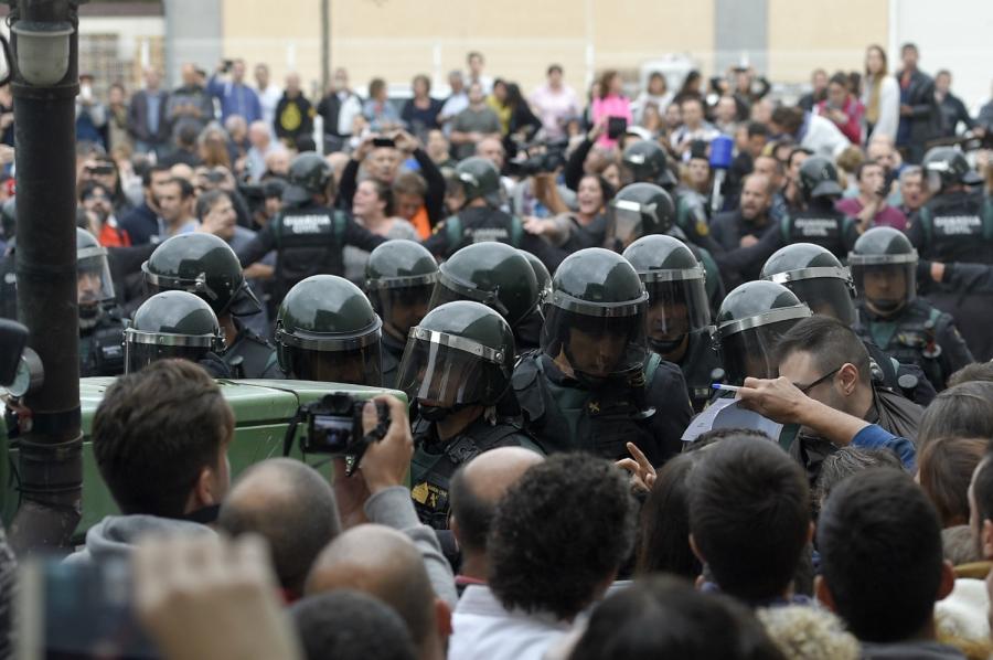 Canh sat Tay Ban Nha dap kinh lao vao diem bo phieu ly khai o Catalan hinh anh 4