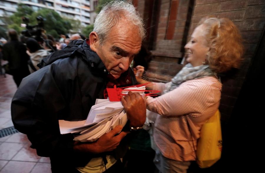 Canh sat Tay Ban Nha dap kinh lao vao diem bo phieu ly khai o Catalan hinh anh 7