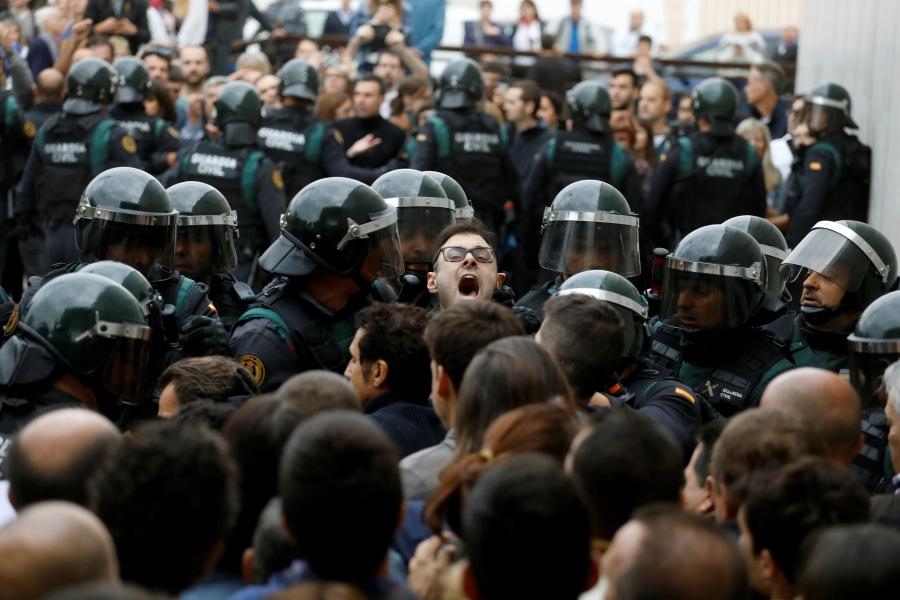 Canh sat Tay Ban Nha dap kinh lao vao diem bo phieu ly khai o Catalan hinh anh 8