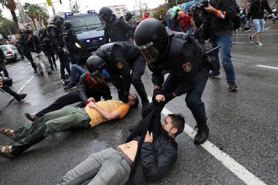 Canh sat Tay Ban Nha dap kinh lao vao diem bo phieu ly khai o Catalan hinh anh 5