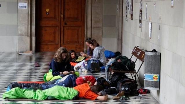 Một số nhà hoạt động đang cố thủ tại một số trường học, dự kiến dùng làm điểm bỏ phiếu ngày hôm nay. (Ảnh: Reuters)