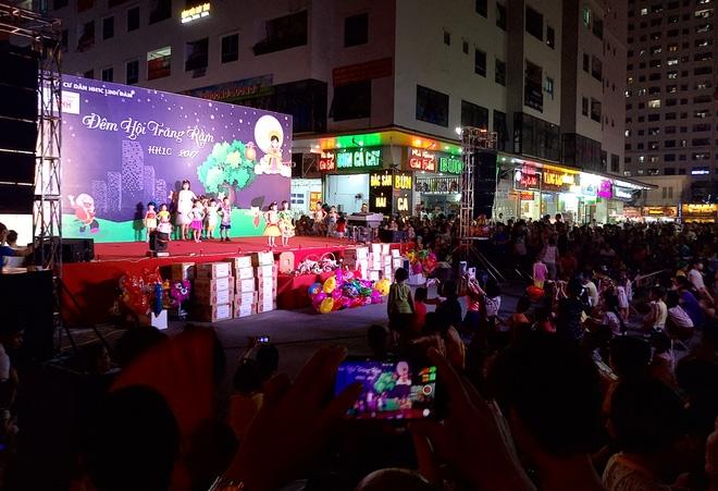 Hà Nội: Nhiều chung cư đồng loạt tổ chức Trung thu, hàng vạn cư dân ùn ùn kéo xuống sân vui chơi - Ảnh 1.