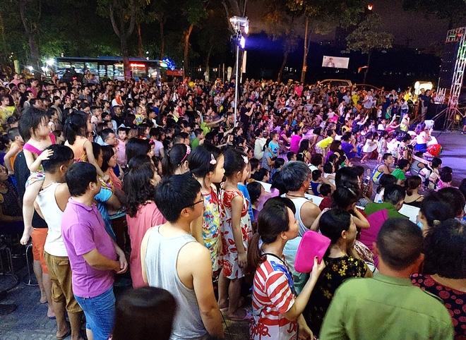 Hà Nội: Nhiều chung cư đồng loạt tổ chức Trung thu, hàng vạn cư dân ùn ùn kéo xuống sân vui chơi - Ảnh 2.