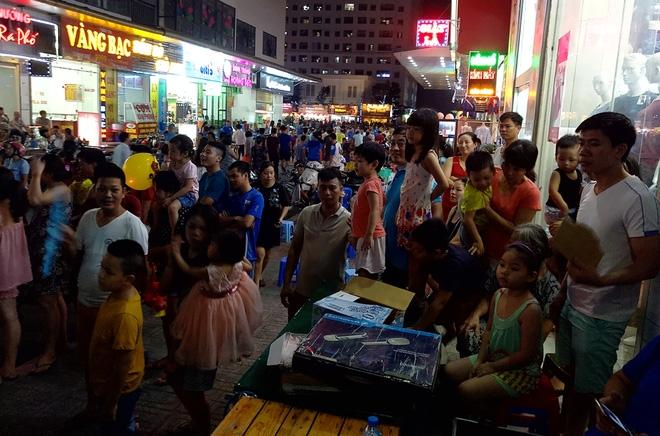 Hà Nội: Nhiều chung cư đồng loạt tổ chức Trung thu, hàng vạn cư dân ùn ùn kéo xuống sân vui chơi - Ảnh 4.