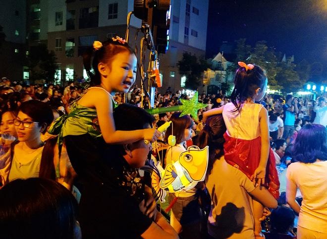Hà Nội: Nhiều chung cư đồng loạt tổ chức Trung thu, hàng vạn cư dân ùn ùn kéo xuống sân vui chơi - Ảnh 8.