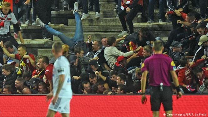 Vụ sập hàng rào sân sân Stade de la Licorne khiến 29 CĐV bị thương /// AFP