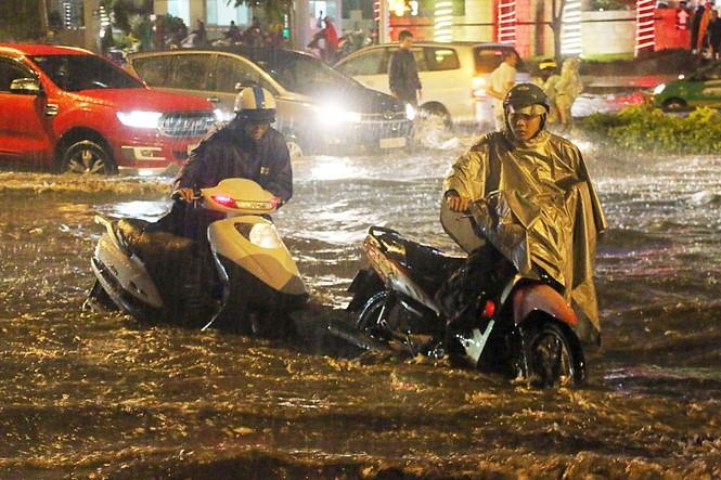 Chiều tối 30.9, nước ngập dâng cao 65cm, nhiều phương tiện chết máy trên đường Nguyễn Hữu Cảnh, thì máy bơm chống ngập tại đây mới được nổ máy vận hành hút nước /// ẢNH: ĐẬU TIẾN ĐẠT