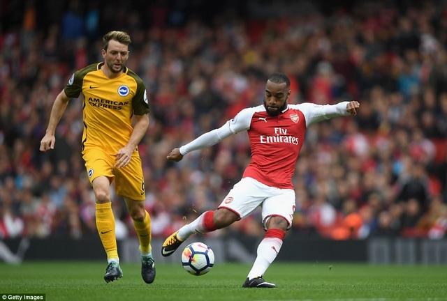 Lacazette (phải) không có duyên ghi bàn ở trận đấu thuộc vòng 7 Premier League