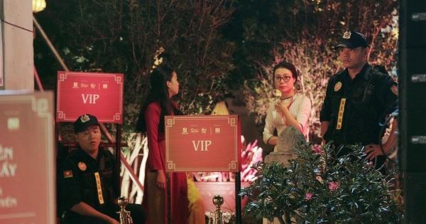 """""""Thu vọng nguyệt"""" ở Văn Miếu: Có gì bên trong khu Siêu VIP cách ly được cảnh sát bảo vệ, giá vé vài triệu vẫn đông nghịt khách?"""