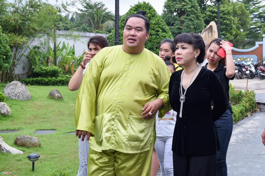 Tran Thanh va dan sao Viet tap nap cung To tai den tho cua Hoai Linh hinh anh 3