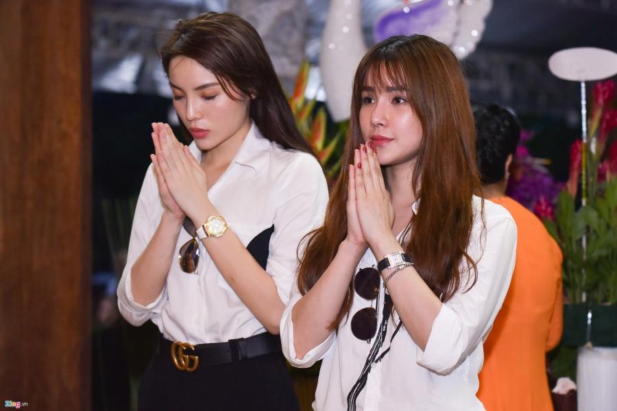 Tran Thanh va dan sao Viet tap nap cung To tai den tho cua Hoai Linh hinh anh 4