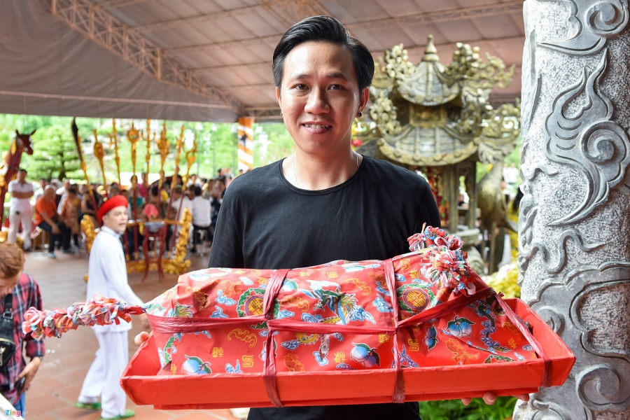 Tran Thanh va dan sao Viet tap nap cung To tai den tho cua Hoai Linh hinh anh 6