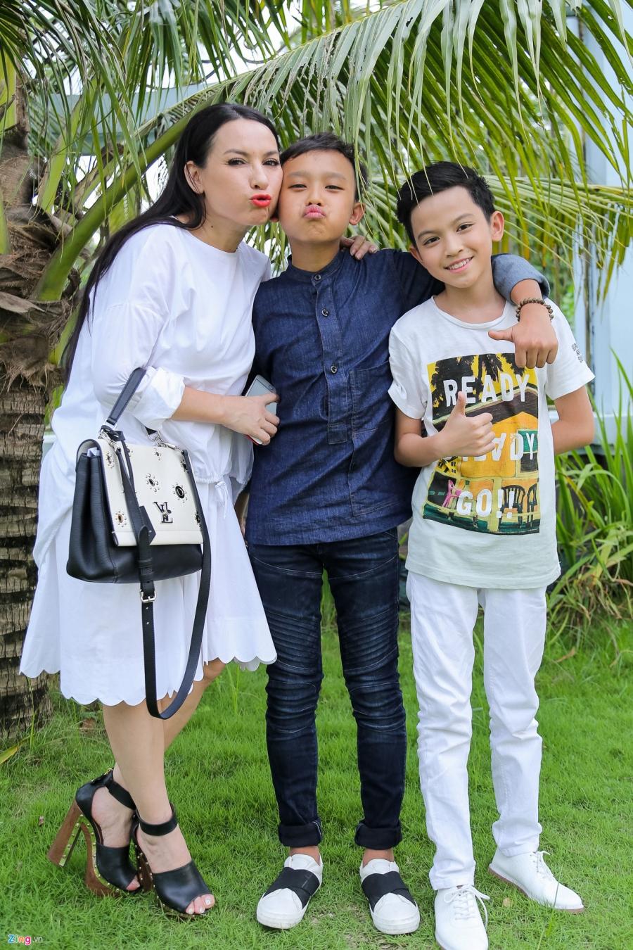 Tran Thanh va dan sao Viet tap nap cung To tai den tho cua Hoai Linh hinh anh 8