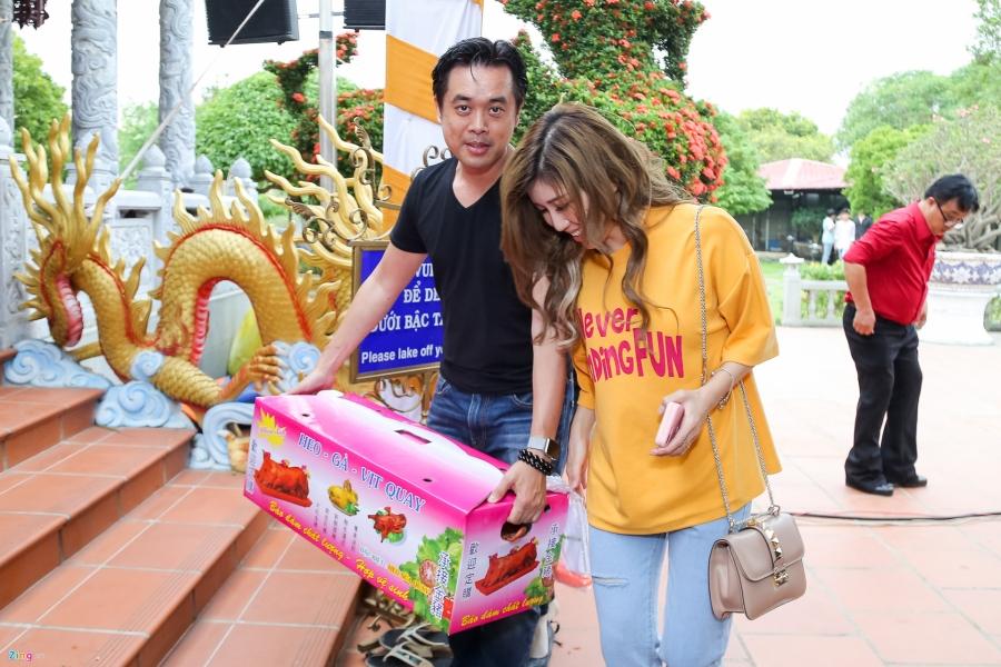 Tran Thanh va dan sao Viet tap nap cung To tai den tho cua Hoai Linh hinh anh 12