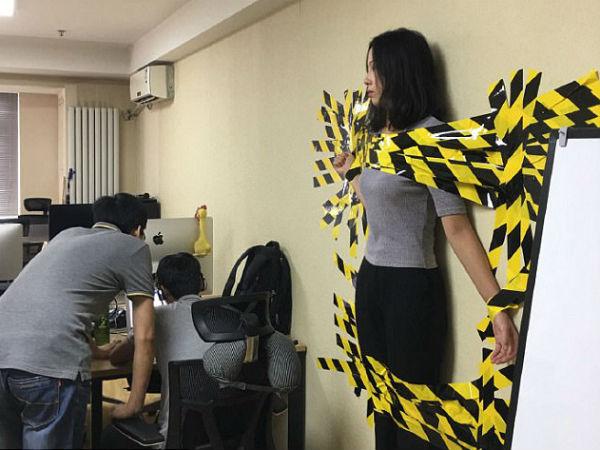 Bị sếp phát hiện vi phạm quy định công ty, cô gái xinh đẹp bị dán băng keo dính chặt vào tường