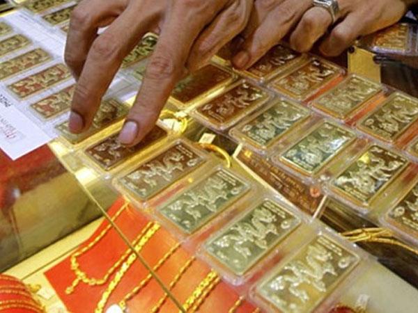 """Giá vàng SJC """"đổ đèo"""", vẫn đắt hơn thế giới hơn 1,4 triệu đồng/lượng"""