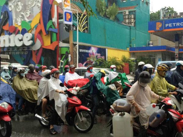 Sài Gòn mưa như trút nước vào sáng sớm đầu tuần, người dân chật vật đến nơi làm việc