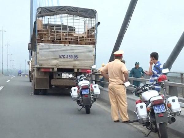 Tài xế bỏ xe tải giữa cầu Mỹ Thuận, gieo mình xuống sông