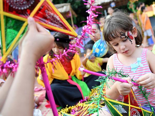 Trẻ em Việt và nước ngoài hòa mình trong ngày hội Trung thu ở phố Tây