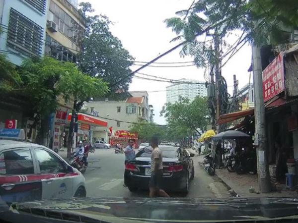 Video: Va chạm trên phố Thụy Khuê (Hà Nội), 2 tài xế bình tĩnh xem xét rồi niềm nở bắt tay nhau đầy thân thiện
