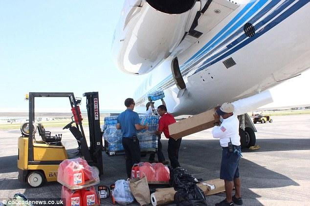 Hàng cứu trợ được xếp lên máy bay (Ảnh: Cascadenews)