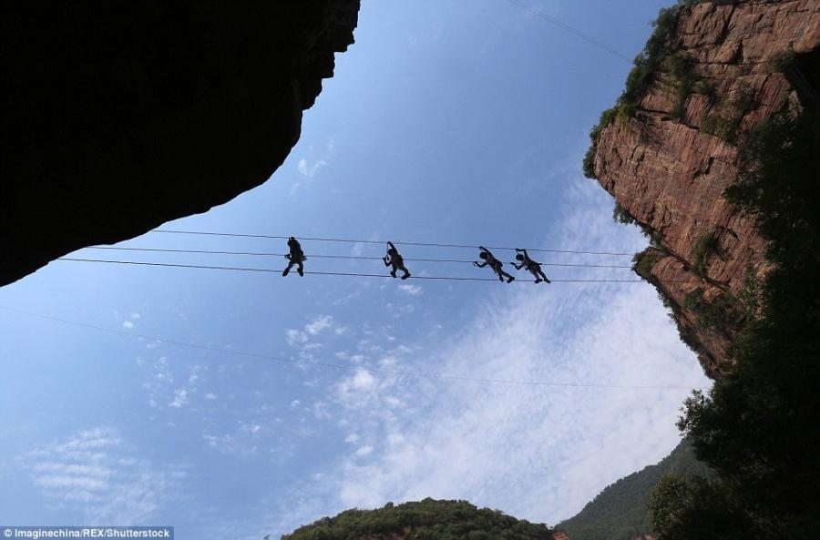 Màn trình diễn yoga tập thể cực liều và cực đẹp trên vách núi - 3