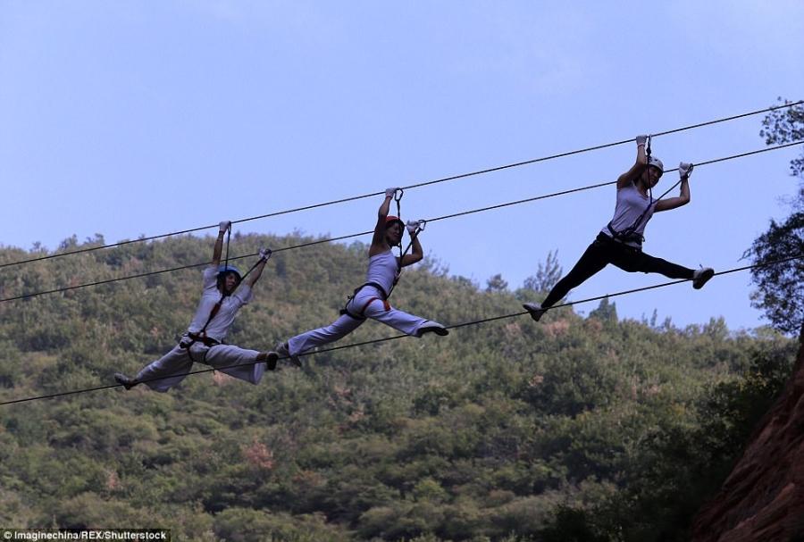 Màn trình diễn yoga tập thể cực liều và cực đẹp trên vách núi - 4