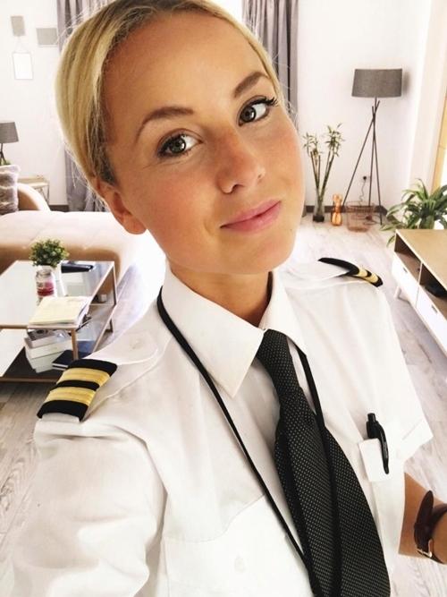 Nữ phi công phải đóng tài khoản Instagram vì quá xinh đẹp - Ảnh 1.