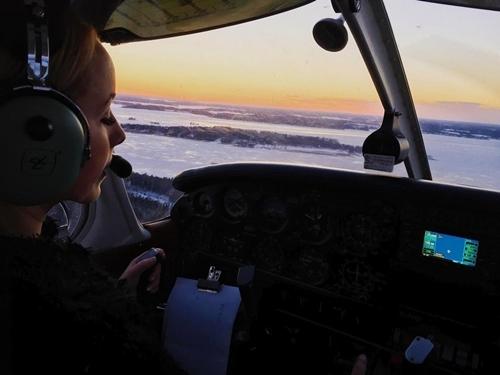Nữ phi công phải đóng tài khoản Instagram vì quá xinh đẹp - Ảnh 2.