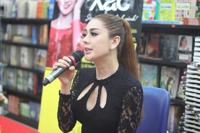 Lâm Chi Khanh cũng khiến nhiều người đứng ngồi không yên khi tiết lộ những câu chuyện động trời trong cuốn tự truyện mới phát hành.