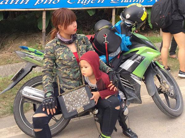 Bà mẹ đơn thân 9X dẫn con trai 3 tuổi đi phượt Tuyên Quang để thực hiện uớc mơ cho con xem lễ hội đèn lồng một lần