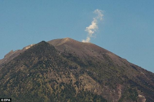 """10 vạn dân chạy xa khỏi núi lửa, linh mục trèo lên """"xin đừng phun"""" - 2"""