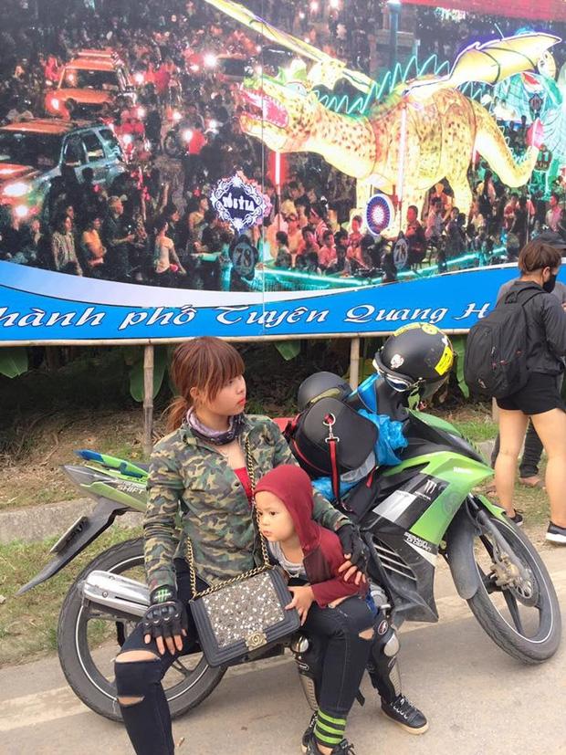 Bà mẹ đơn thân 9X dẫn con trai 3 tuổi đi phượt Tuyên Quang để thực hiện uớc mơ cho con xem lễ hội đèn lồng một lần - Ảnh 2.