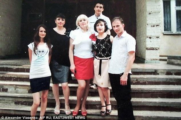 Nhìn tấm ảnh cặp vợ chồng ác nhân Natalie - Dmitry (ngoài cùng, bên phải) chụp cùng bạn bè, khó ai biết được bí mật khủng khiếp trong căn nhà của họ.