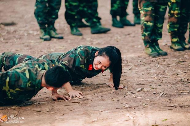 Chỉ từ một bức ảnh, cô giáo dạy An ninh - Quốc phòng xinh đẹp hết nấc khiến cộng đồng mạng dậy sóng - Ảnh 5.
