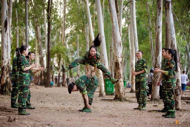 Chỉ từ một bức ảnh, cô giáo dạy An ninh - Quốc phòng xinh đẹp hết nấc khiến cộng đồng mạng dậy sóng - Ảnh 7.
