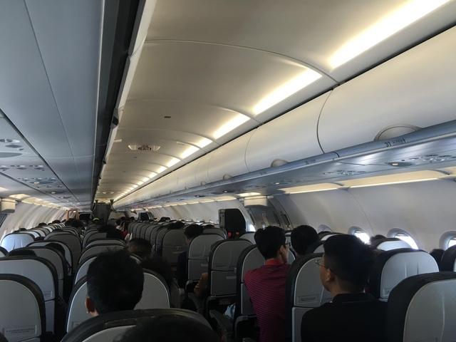 Nhiều hành khách chưa xuống may bay đã nhận được tin nhắn của tổng đài taxi hoặc nhà xe hợp đồng mời đi xe